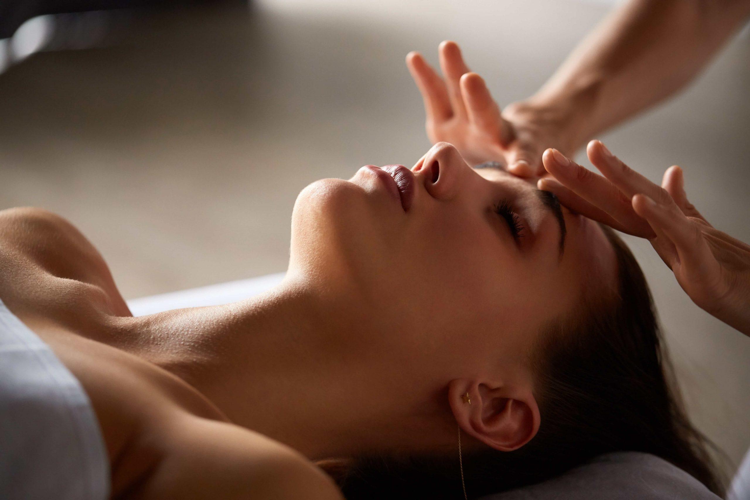 head-and-face-massage-in-spa-salon-J35U4ZQ-min